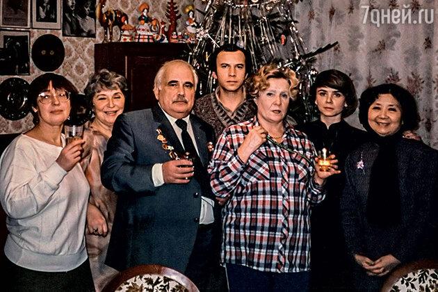 Руфина Нифонтова семьей и гостями