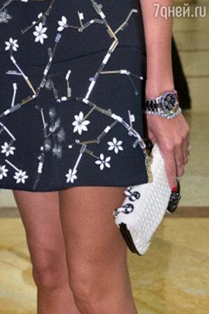 Дополнить образ Виктория решила с помощью часов в мужском стиле и небольшой белой сумочки