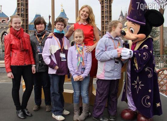 Прямо из Дели Наталья отправилась в парижский «Диснейленд», где было запланировано благотворительное мероприятие для детей