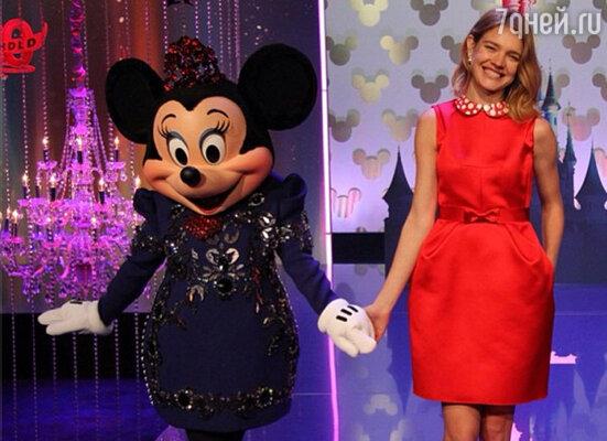 Российская красавица вышла на подиум вместе с моделью в костюме любимого мультяшного персонажа Минни Маус