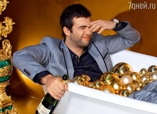 «Новогодний совет всем читателям: как бы вам ни было весело, не пробуйте пить шампанское глазом!» (Ассистент фотографа Константин Кочергин.  Стиль Ирины Мироновой, визаж Татьяны Волковой)