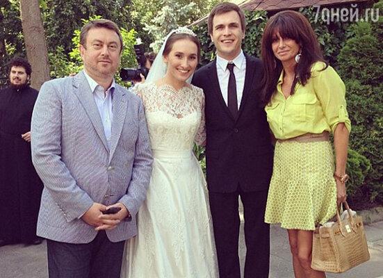 Анастасия Винокур и Григорий Матвеевичев с гостями торжества