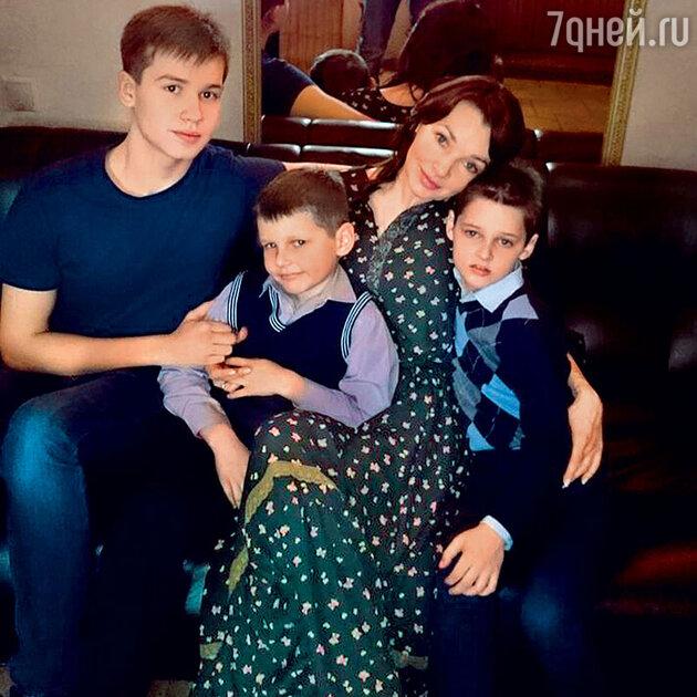 Наталия Антонова с сыновьями