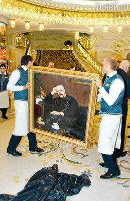 Портрет юбиляра занял достойное место среди многочисленных подарков