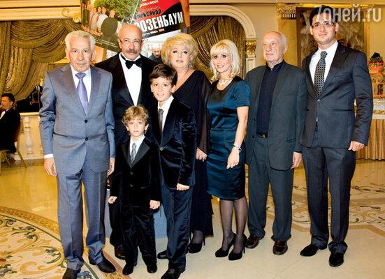 Юбиляр с отцом Яковом Шмарьевичем, супругой Еленой Викторовной, дочерью Анной, зятем Тиберио, внуками Дэвидом и Сашей и тестем Виктором Адольфовичем