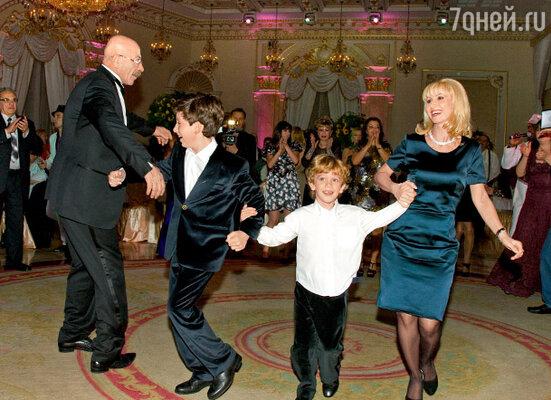 Александр Яковлевич «зажигает» на танцполе с дочкой Анной и внуками