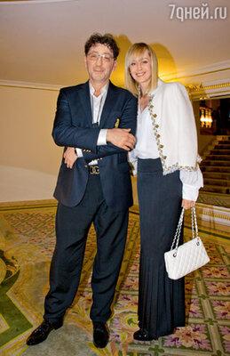 Григорий Лепс ради торжества сменил «фирменные» солнцезащитные очки на обычную оптику. С женой Анной