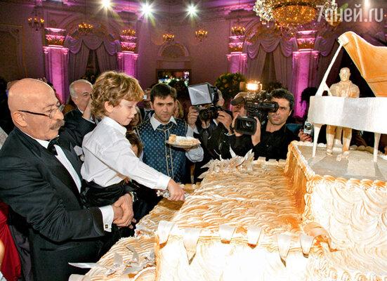 Разрезать торт размером с двухспальную кровать Розенбаум доверил младшему внуку Саше