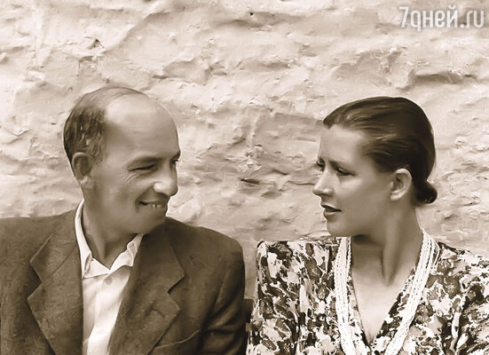 Танцовщица Зоя Пашкова была моложе Исаака Дунаевского на 24 года. Она родила композитору сына Максима, но он не мог на ней жениться, поскольку был женат. (Исаак Дунаевский и Зоя Пашкова — родители Максима)
