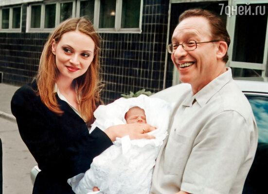 Когда я забеременела, Максим от счастья буквально носил меня на руках. (Максим забирает жену и маленькую Полину из роддома)