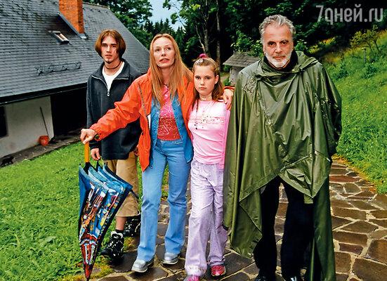 Наташа всегда повторяет: «Вы с Максимом — моя семья!» (Слева направо: Митя, сын Андрейченко и Дунаевского, Наталья и Максимилиан с дочерью Настей)