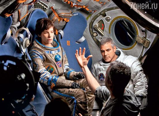 С Сандрой Буллок ирежиссером Альфонсо Куароном на съемках фильма «Гравитация»