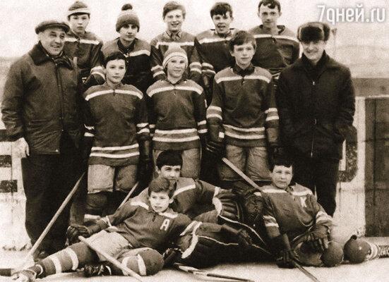 Команда хоккейной школы ЦСКА. Фетисов — второй справа, рядом с тренером Юрием Чабариным