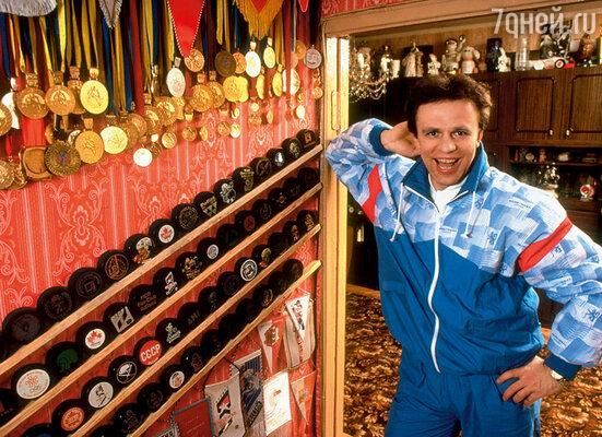Вячеслав Фетисов дома со своими наградами