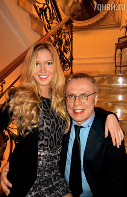 Вячеслав Фетисов с дочкой дома в Москве