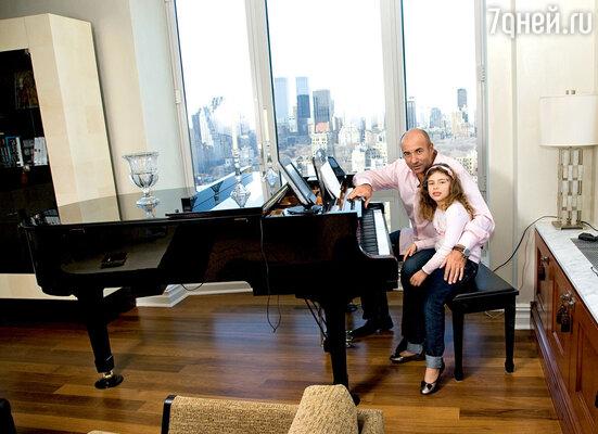 Из окон нью-йоркской квартиры Игоря Крутого открывается фантастический вид на город. С дочкой Сашей