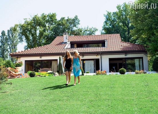 Валерия с дочкой Аней на своей даче в Швейцарии