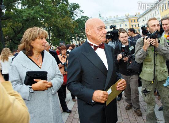 Владимир Познер (обладатель «ТЭФИ» за вклад в развитие ТВ) и Надежда Соловьева
