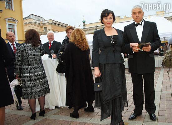 Лариса Гузеева (со своей программой «Давай поженимся» победила в номинациях «Ведущий ток-шоу» и «Развлекательная программа. Образ жизни») с мужем Игорем Бухаровым