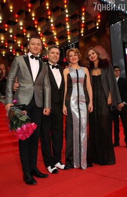 Александр Олешко с подругой Викторией, продюсер и гендиректор «Стэйдж Энтертейнмент» в России Дмитрий Богачёв с женой