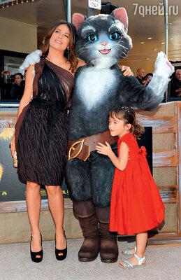 Сальма Хайек с дочкой Валентиной Паломой напремьере фильма «Кот в сапогах». 2011 г.