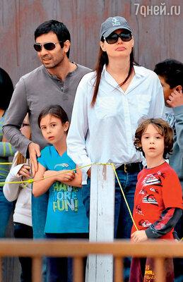 Джина Дэвис побывала замужем трижды, прежде чем нашла мужчину своей мечты иродила от него первого ребенка аж в 46 лет. С мужем Резой Джаррахи и детьми Ализе Кешвар и Кианом Уильямом. 2010 г.