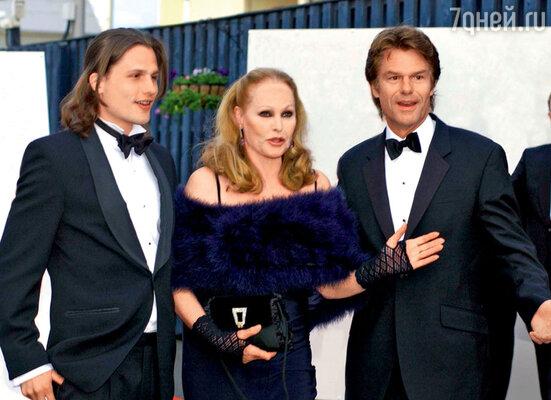 Урсула Андресс с сыном Димитрием и его отцом Гарри Хэмлином. 2006 г.