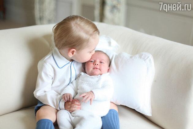 Принц Джордж с сестрой, принцессой Шарлоттой