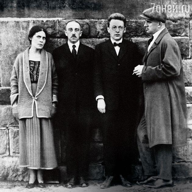 Лиля и Осип Брик, сотрудник советского посольства и Владимир Маяковский в Париже. 1923 г.