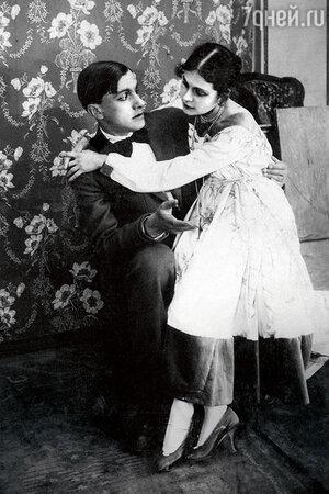 Владимир Маяковский и Лиля Брик в картине «Закованная фильмой». 1918 г.