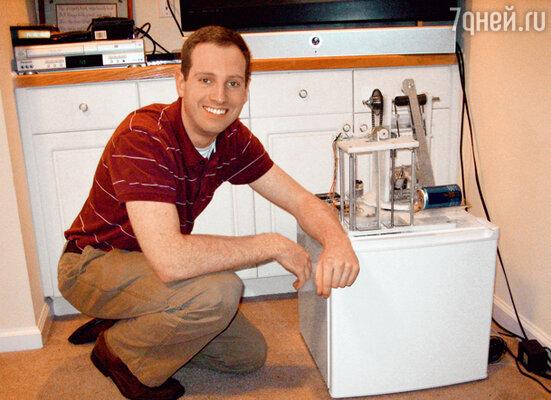 Джон Корнуэлл со своим изобретением— чудо-холодильником для ленивых