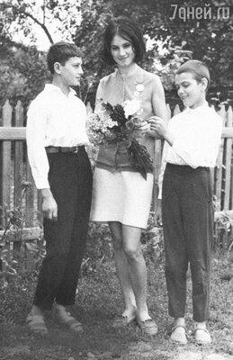 «Когда мы с подругами шли поЧерновцам в мини-юбках и нашпильках, бабушки неодобрительно кричали вслед: «Как не стыдно!» София Ротару с братьями Анатолием и Евгением. 1964 год