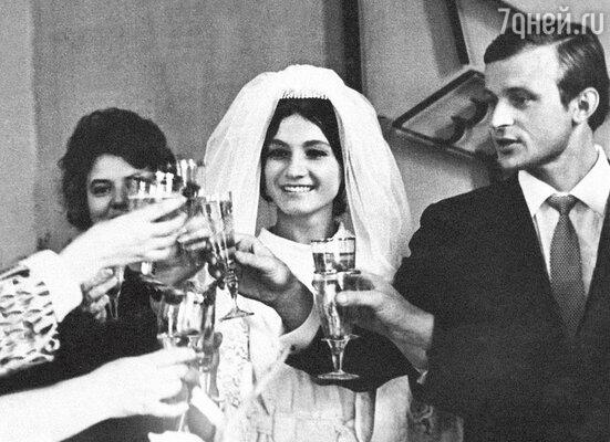 «С Толей у нас была любовь спервого взгляда. Мыисосвадьбой не стали тянуть— чувства нас захлестнули». Свадьба Софии Ротару и Анатолия Евдокименко. 1968 год