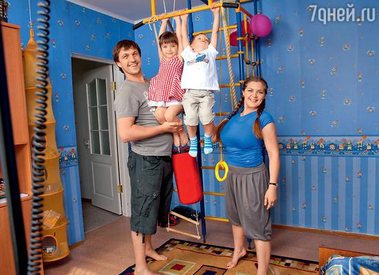 Ирина Пегова, Дмитрий Орлов с дочкой Таней иплемянником Мишей. 2009 г.