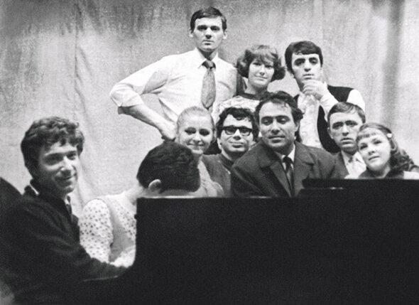 Мы с Аллой встречались на репетициях, здоровались, улыбались друг другу и расходились...  В 1969 году к нам  в эстрадно-цирковое училище пришел Николай Сличенко. На фото: Миколас с Аллой в верхнем ряду слева