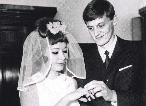 Свадьбу сыграли 8 октября. Под звон бокалов с шампанским,  марш Мендельсона и крики «Горько!» Алла Пугачева стала мадам Орбакене