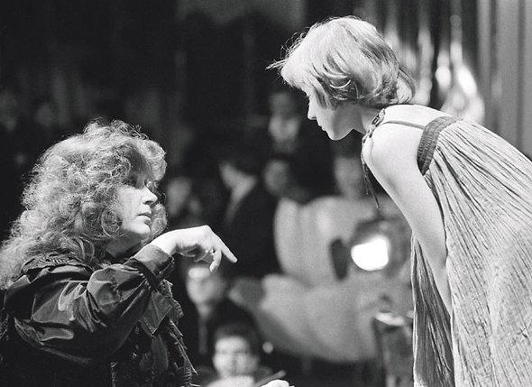 Мы с Аллой «на берегу» договорились принимать участие в судьбе дочери вместе...  (Алла с Кристиной на съемках передачи «Голубой огонек», 1983 г. )