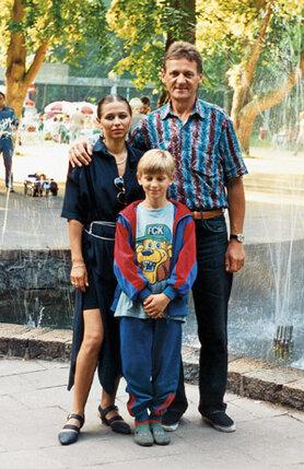 Марина в прошлом воздушная гимнастка, окончила в свое время  наше цирковое училище...  (С женой и сыном Фабианом, 1995 г. )
