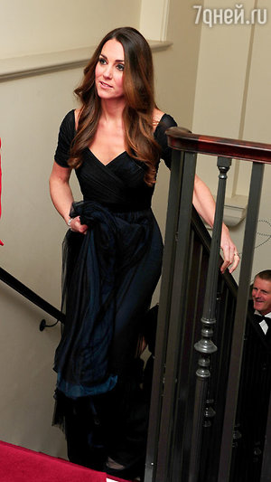 Для выхода в свет Кейт Миддлтон (Kate Middleton) выбрала иссине-черное элегантное платье в пол от известного британского дизайнера Дженни Пэкхем (Jenny Packham)