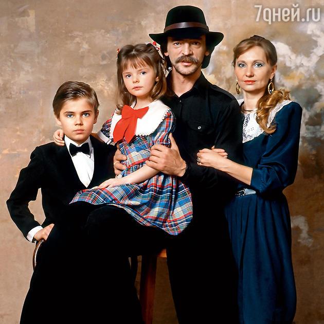 Михаил Боярский с женой Ларисой Луппиан и детьми — сыном Сережей и дочкой Лизой