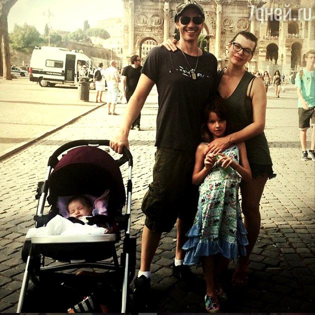 Милла Йовович и  Пол Андерсон с дочерьми Эвой и Дашиэл