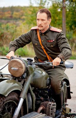 Евгению Миронову пришлось научиться водить старенький, военных времен, мотоцикл с люлькой