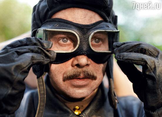 Евгений Миронов перед съемками несколько раз примерял свой костюм, просил перешить пуговицы,петельки: «Мне нельзя ковыряться в кадре — тут каждая деталь важна»