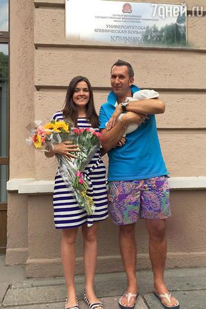 Михаил Владимиров с женой Анастасией и новорожденной дочкой Софией