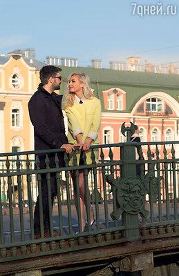Полина Гагарина с Дмитрием Исхаковым во время прогулки по Санкт-Петербургу. Апрель 2014 г.