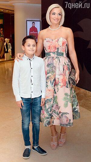 Юлия Костюшкина с сыном Богданом