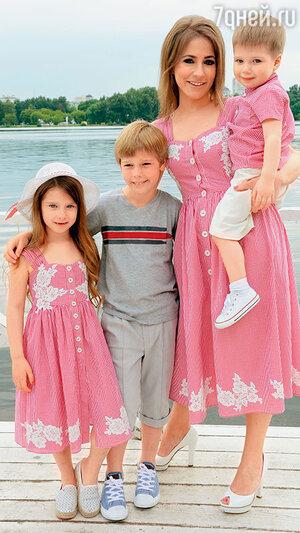 Юлия Барановская с дочерью Яной, сыновьями Артемом и Арсением