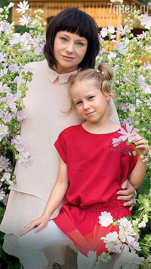 Евгения Добровольская с дочерью На