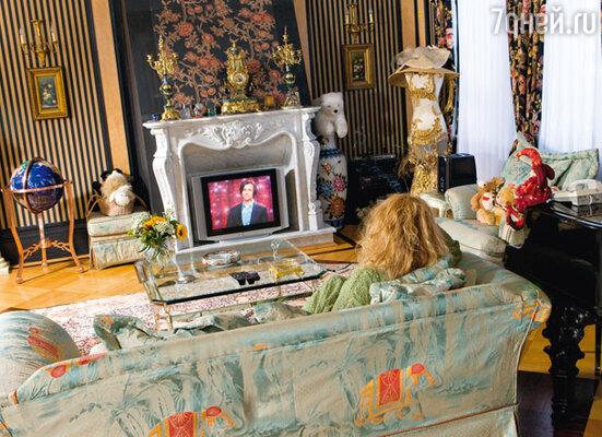 Максим Галкин в камине Аллы Пугачевой согревает певицу не хуже живого огня