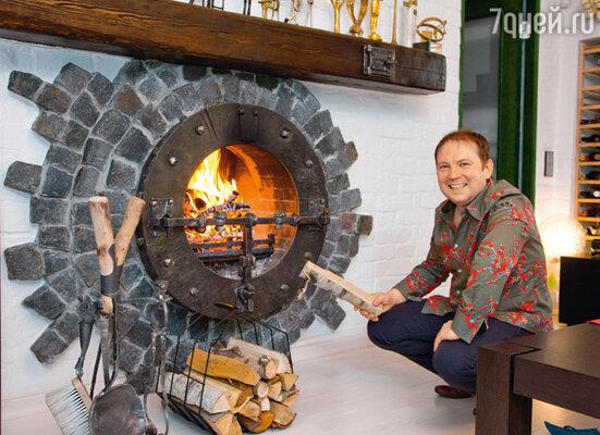 В необычной квартире Андрея Федорцова камин облицован питерской брусчаткой
